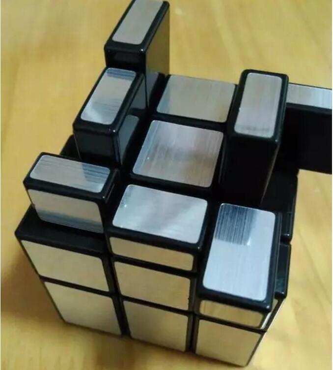 然后,我们开始拼第二层,如图所示,我们只需要把第二层每个中心棱块转到与第一层中心棱块相平行的位置。接着,我们再把第三层的一个面的中心棱块与第二层的中心棱块相平行的地方,小编为大家举了这个例子。如图示,这个棱块在X面上边,要把它转到 X面与Y面想交的这个红框位置就要做如下动作:1左C上1右C下1右X面逆1左X顺。 可如果上面的棱块与蓝框内的空缺相适应,那么就用蓝框那个面对自己顶上红框棱块对右手心,这样做:1右X面逆1左X顺,1左C上1右C下。